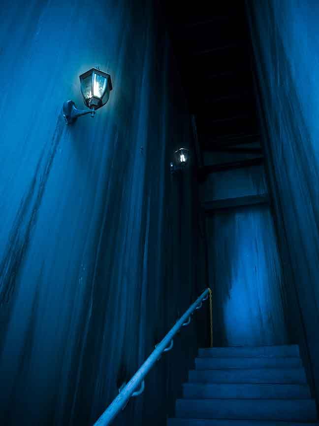 真っ暗闇のお化け屋敷の中